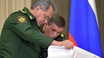Министр обороны РФ Сергей Шойгу и генерал армии Валерий Герасимов перед началом совещания по вопросам развития Вооружённых Сил РФ