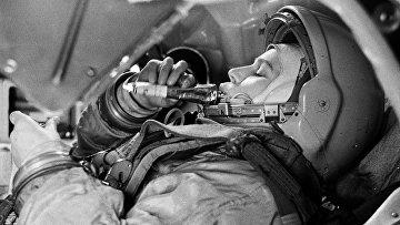 """Б. Смирнов. Валентина Терешкова в тренажере космического корабля """"Восток"""". Выставка """"Первые космонавты"""""""
