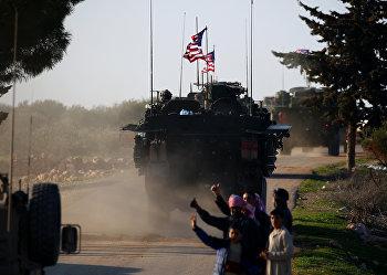 Конвой американских бронемобилей на западной окраине Северного сирийского города Манбидж
