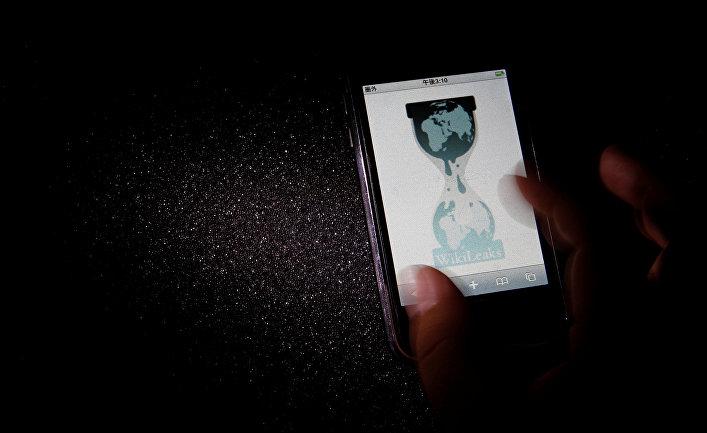 Сайт Wikileaks на экране смартфона