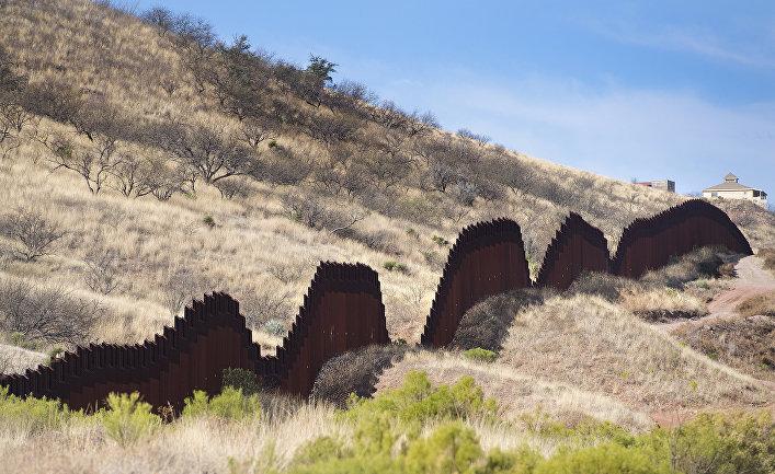 Пограничная стена под городом Ногалесом (Аризона)