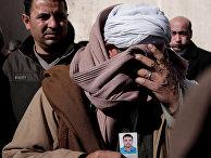 Христианин-копт Самир Муджид с фотографией своего сына Гиргиса, погибшего в Ливии