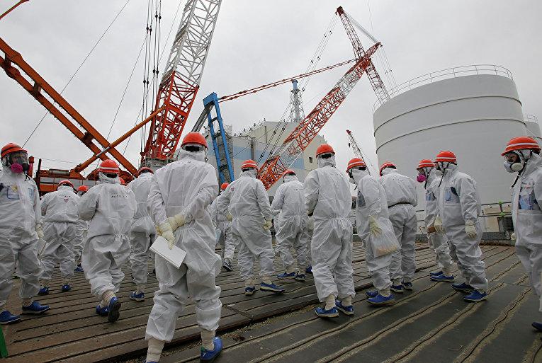 """Сотрудники TEPCO ведут аварийные работы на АЭС """"Фукусима-1"""". Архивное фото"""