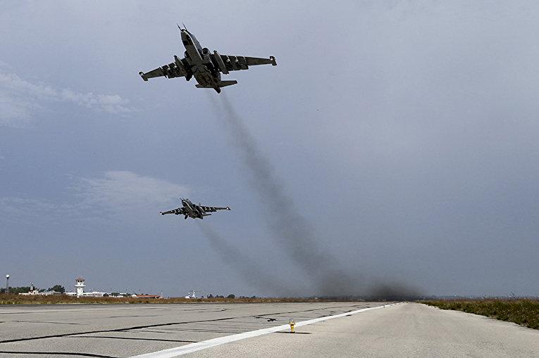 Российские штурмовики Су-25 взлетают с авиабазы «Хмеймим» в сирийской провинции Латакия
