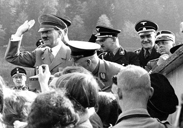 Адольф Гитлер приветствует сторонников