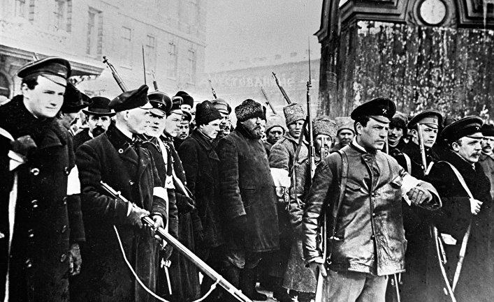 Восставшие ведут в Таврический дворец переодетых городовых во время Февральской революции