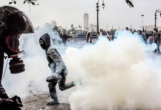 Столкновения участников акций протеста с полицией возле площади Тахрир в Каире