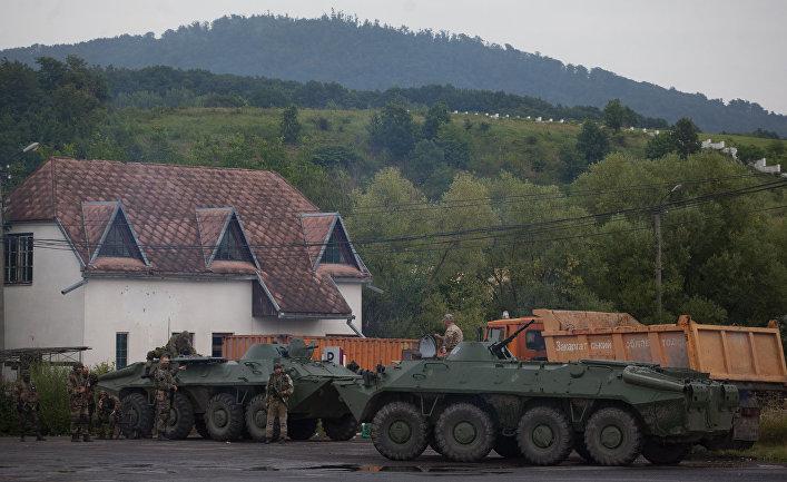 Украинские военные блокируют движение на дороге рядом с Мукачево