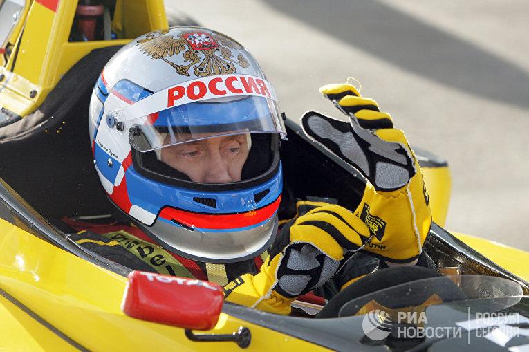 Премьер-министр РФ Владимир Путин попробовал себя в роли пилота «Формулы-1»