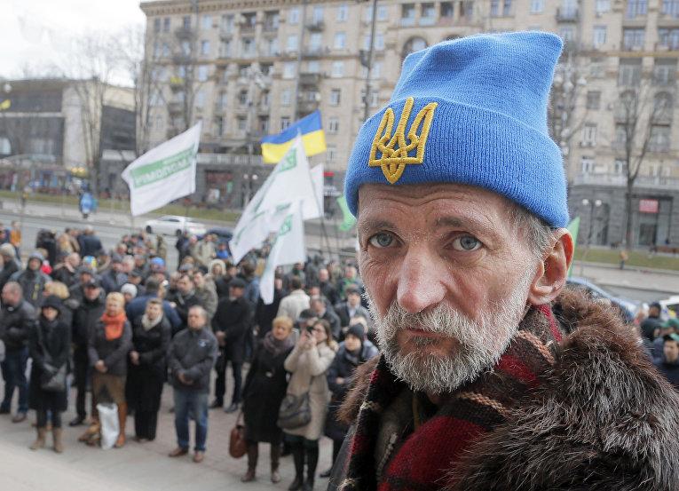Люди у здания городского совета, во время заседания в Киеве