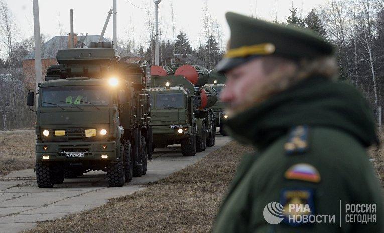 """Зенитный ракетный комплекс (ЗРК) """"Триумф"""" С-400 (на втором плане) и зенитный ракетно-пушечный комплекс (ЗРПК) """"Панцирь-С1"""""""