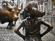 Статуя «Бесстрашной девочки» напротив «Атакующиего быка» на Уолл-Стрит