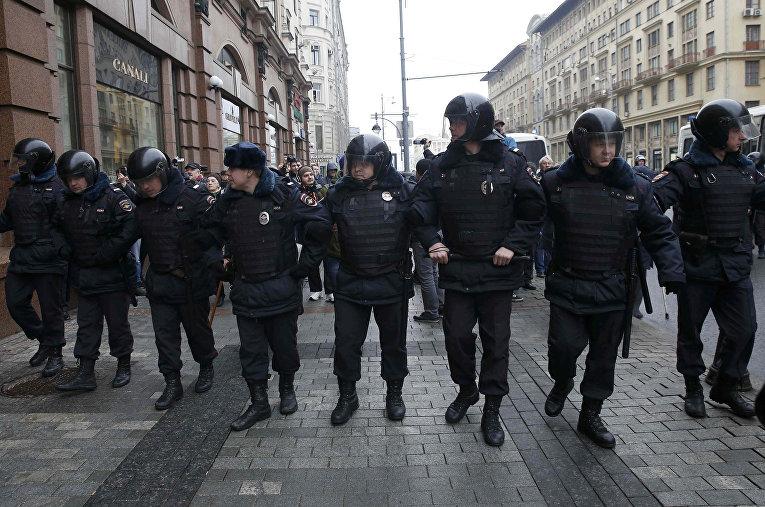 Полицейское оцепление во время несанкционированного антиправительственного митинга в Москве