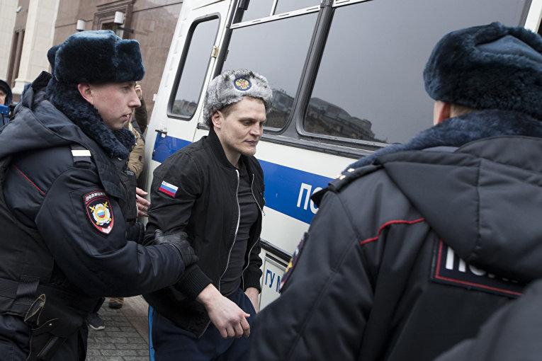 Полицейские задерживают мужчину возле исторического музея на акции протеста акции оппозиции в Москве