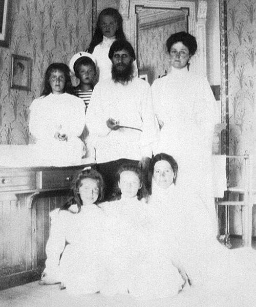 Распутин с императрицей, четырьмя детьми и гувернанткой