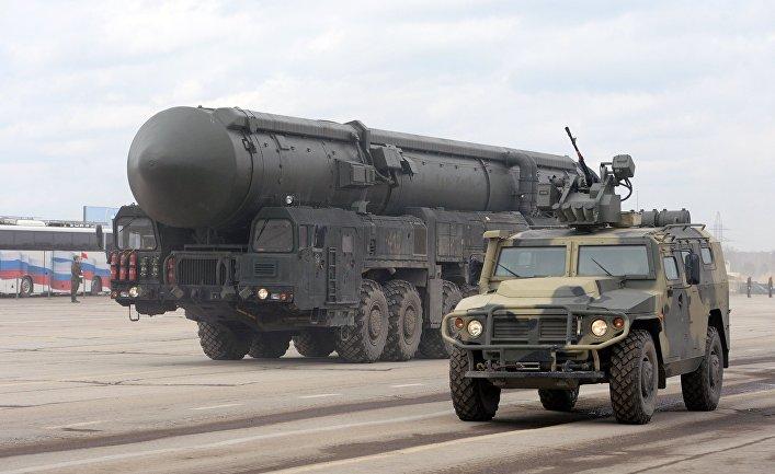Подвижной грунтовой ракетный комплекс пятого поколения «Ярс» и бронеавтомобиль «Тигр»
