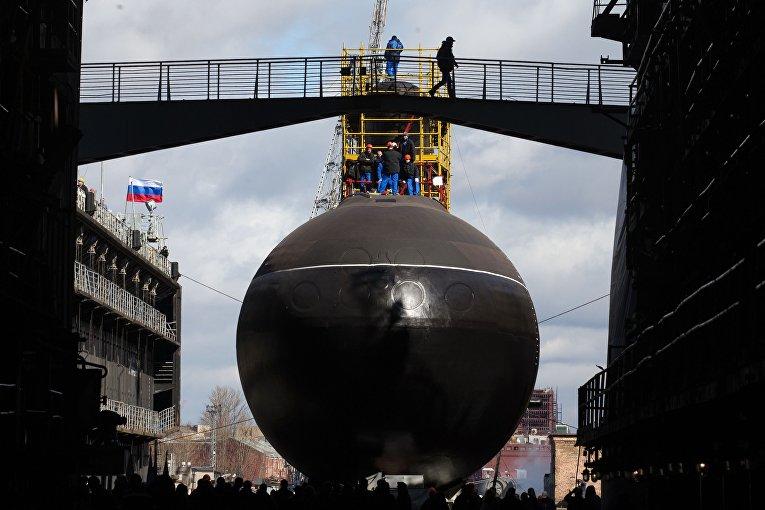 """Спуск на воду подводной лодки """"Краснодар"""" в Санкт-Петербурге"""