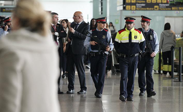 Сотрудники полиции в аэропорту Барселоны, Испания