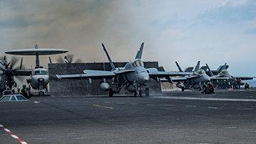 Истребители F/A-18C Hornet американский авианосец «Карл Винсон»