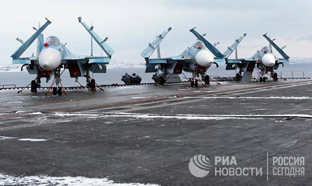 Многоцелевые палубные истребители Су-33 на взлетной палубе тяжелого авианесущего крейсера «Адмирал флота Советского Союза Кузнецов»