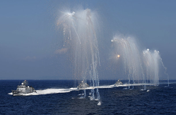 Ракетный сторожевые катера ВМС сил самообороны Японии во время смотра флота в бухте Сагами