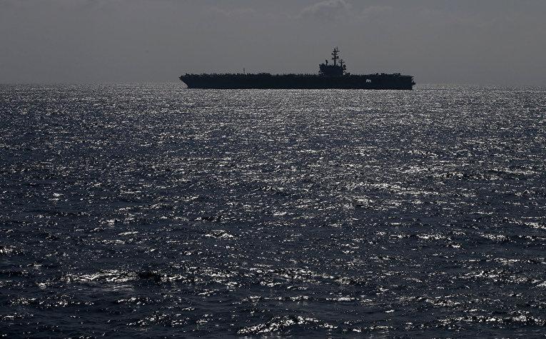 Американский авианосец «Рональд Рейган» типа «Нимиц» во время смотра японского флота в бухте Сагами