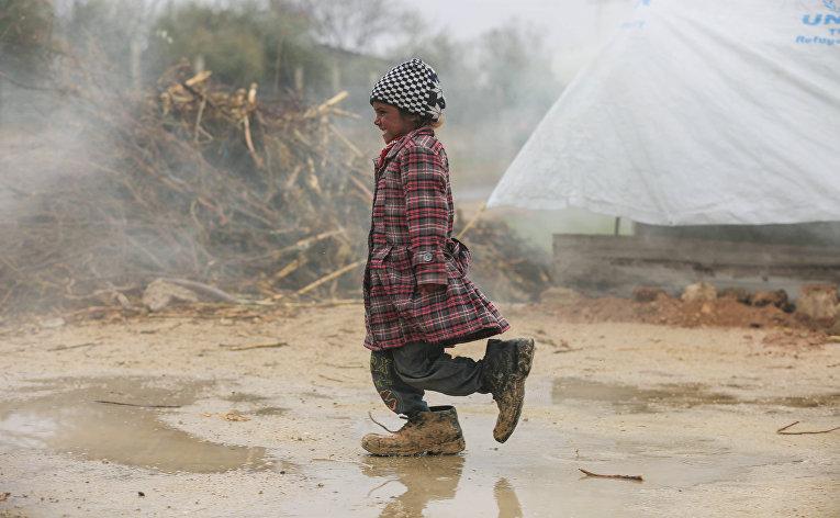 Сирийская девочка в лагере беженцев на окраине Дамаска