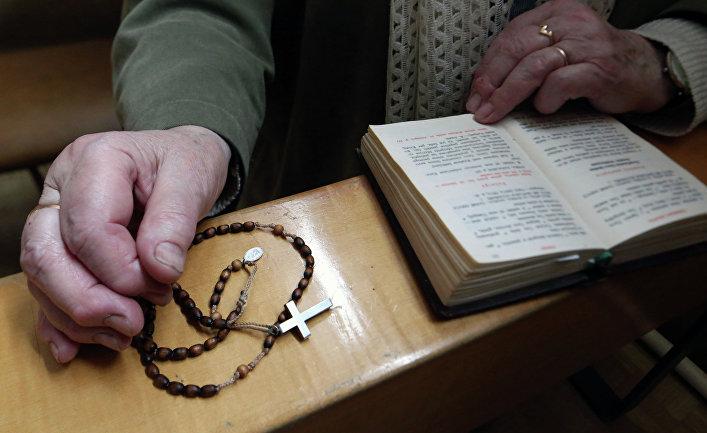 Верующая с молитвенником в католической кирхе