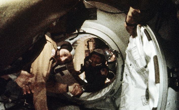 Историческое рукопожатие Алексея Леонова и Томаса Стаффорда в космосе