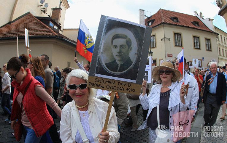 Участники акции «Бессмертный полк» в Праге