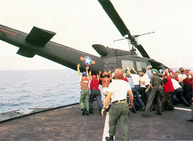Вьетнамский вертолет UH-1 выбрасывается за борт