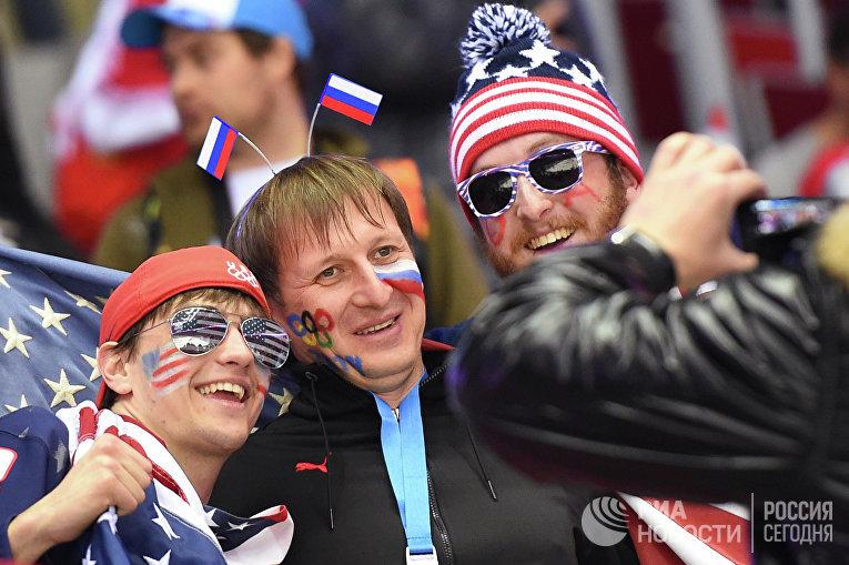 Болельщики США и России фотографируются на Олимпийских играх в Сочи