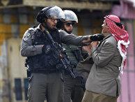 Сотрудники полиции Израиля во время столкновений с палестинцами в Хевроне