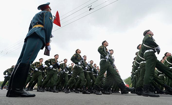 Участники во время военного парада в Ростове-на-Дону, посвящённого 72-й годовщине Победы в Великой Отечественной войне 1941-1945 годов
