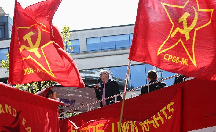 Флаги коммунистической партии Великобритании на первомайском митинге в Лондоне