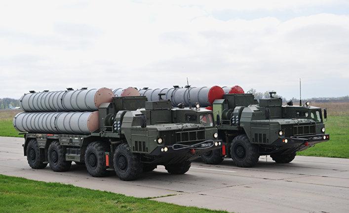 Зенитные ракетные системы С-400 во время тренировки Парада Победы на военном аэродроме в Ростове-на-Дону