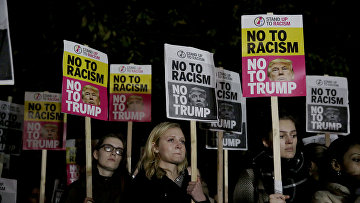 Антирасистская акция протеста против президента США Дональда Трампа