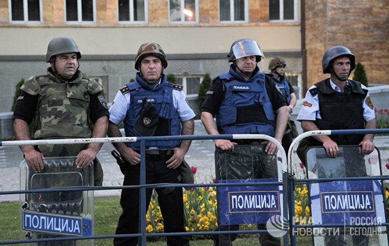Полицейские охраняют здание парламента Македонии в Скопье во время акции протеста македонской оппозиции против амнистии высокопоставленных политиков и досрочных парламентских выборов.2016 год
