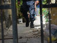 Полицейский недалеко от места преступления в Канкуне, Мексика.