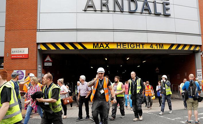 Люди покидают торговый центр Arndale в Манчестере. 23 мая 2017