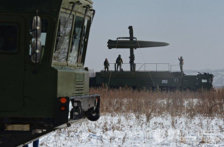 Загрузка ракеты на самоходную пусковую установку ракетного комплекса «Искандер-М»