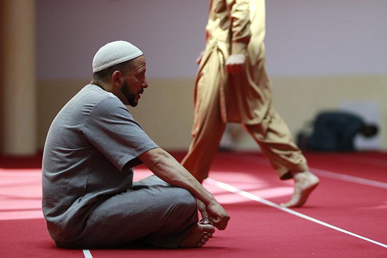 Мужчина во время Рамадана сидит в Большой мечети Сен-Дени, неподалеку от Парижа
