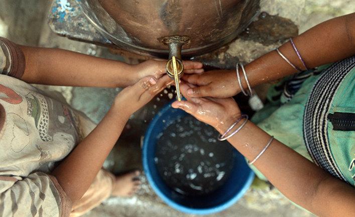 Индийские дети моют руки перед обедом