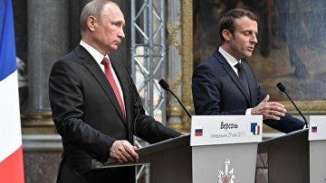 Президент РФ Владимир Путин и президент Франции Эммануэль Макрон во время совместной пресс-конференции