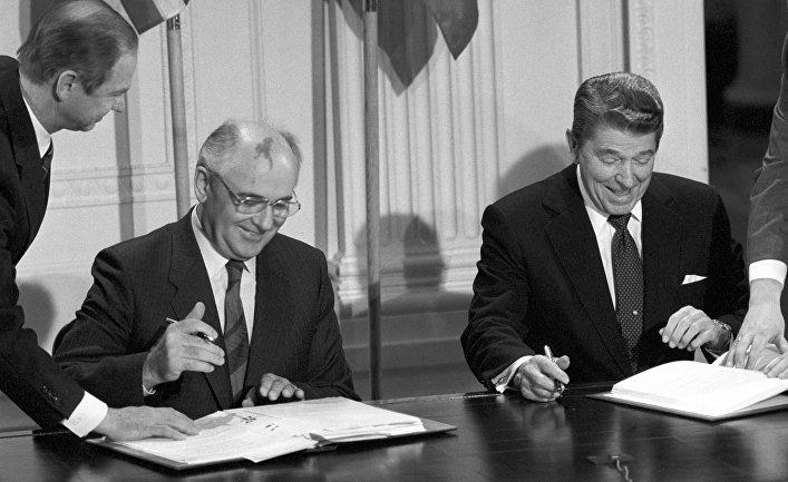Генеральный секретарь ЦК КПСС Михаил Сергеевич Горбачев и президент США Рональд Рейган во время подписания Договора между СССР и США о ликвидации ракет средней и меньшей дальности