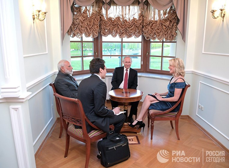 Президент РФ Владимир Путин и премьер-министр Индии Нарендра Моди во время беседы с американской журналисткой и ведущей телеканала NBC Меган Келли