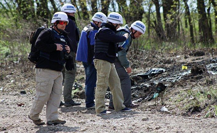 Представители ОБСЕ обследуют место подрыва автомобиля наблюдателей ОБСЕ возле села Пришиб