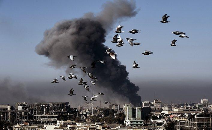 Дым после авиаудара в Мосуле