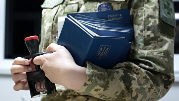 Сотрудница пограничной службы Украины на международном пункте пропуска через украинско-польскую границу
