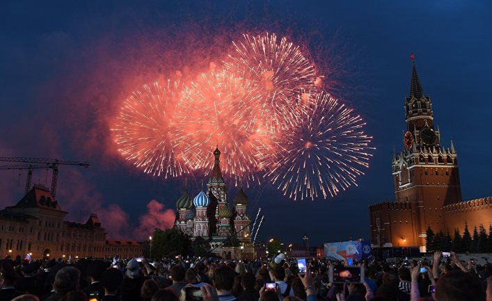 Праздничный салют в День России